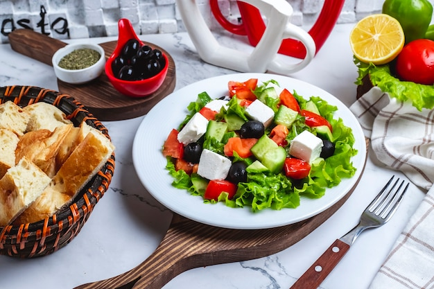 Вид спереди греческий салат на листьях салата с черными оливками