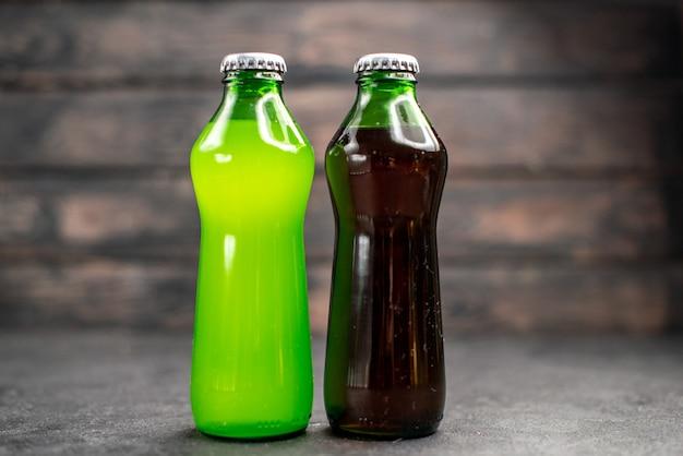 ボトルに入った正面図の緑と黒のレモネード