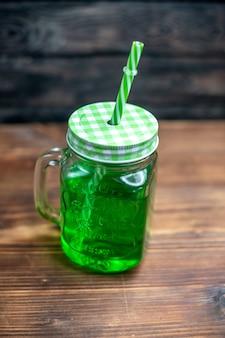 Vista frontale succo di mela verde all'interno può sulla scrivania in legno marrone bere foto cocktail colore frutta