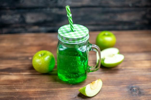 Vista frontale succo di mela verde all'interno lattina con mele fresche su una scrivania in legno drink foto cocktail bar colore frutta