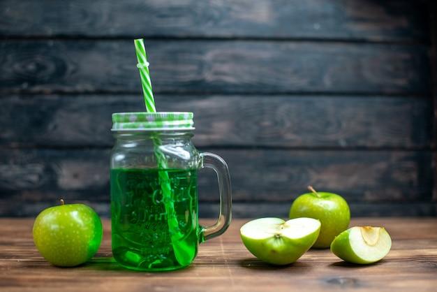 Vista frontale succo di mela verde all'interno lattina con mele verdi fresche sulla scrivania in legno bevanda foto cocktail bar colore frutta