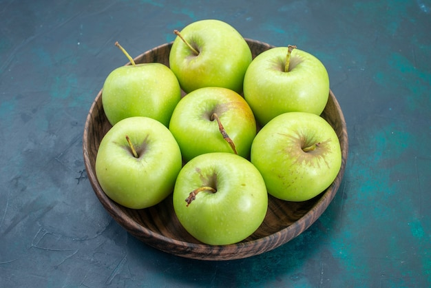 Vista frontale mele verdi fresche e pastose su scrivania blu scuro frutta fresca pianta albero mellow