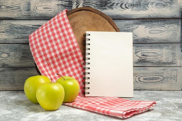 회색 배경 과일 익은 부드러운 책상에 메모장이 있는 전면 보기 녹색 사과