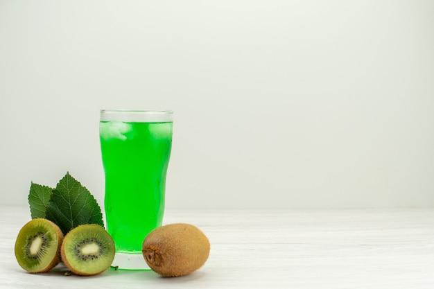正面図白い表面に新鮮なキウイと緑のキウイジュース