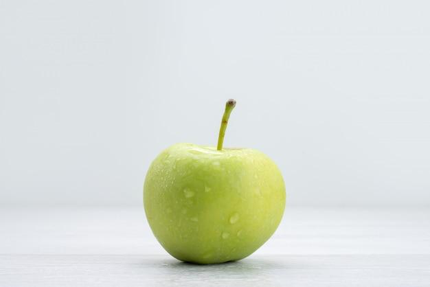 Vista frontale singola mela verde isolata su grigio