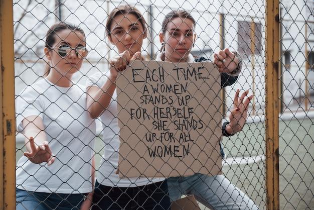 전면보기. 페미니스트 여성 그룹이 야외에서 자신의 권리를 위해 항의