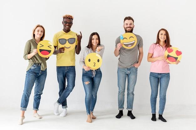 Вид спереди группы друзей с emoji