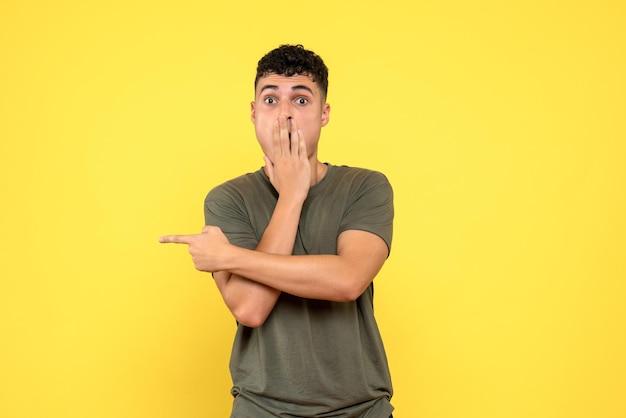 La vista frontale del ragazzo si copre il viso con la mano e indica il lato