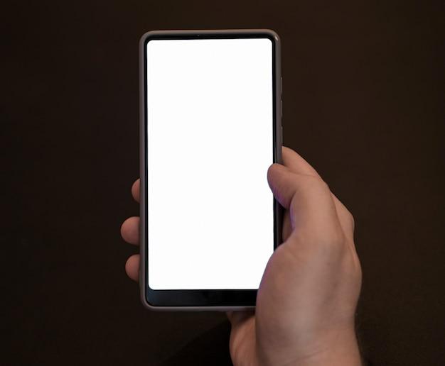 Вид спереди рукой, держащей телефон макет