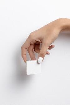 Vista frontale della mano che tiene piccolo blocco