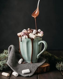 マシュマロの上に溶かしたチョコレートを注ぐ正面図