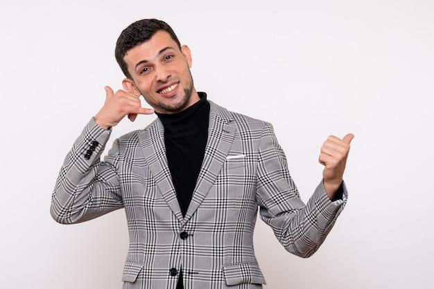 スーツを着た正面図ハンサムな男性が白い背景の上に立って電話ジェスチャーを呼んで
