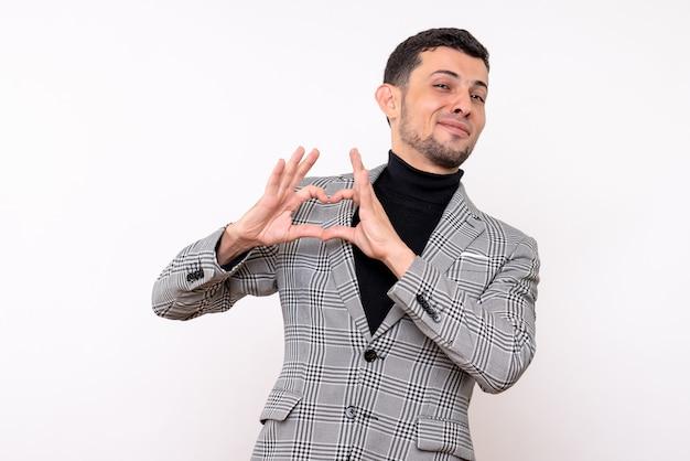白い孤立した背景に立っているハートのサインを作るスーツの正面図ハンサムな男性