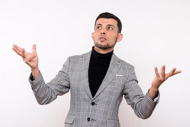흰색 배경에 서있는 손을 여는 소송에서 전면보기 잘 생긴 남자