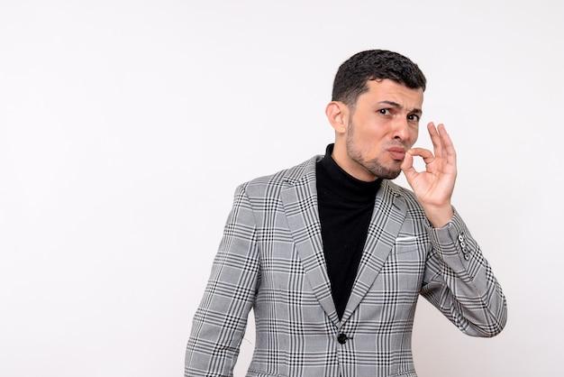 Вид спереди красивый мужчина в костюме, показывающий поцелуй шеф-повара, стоя на белом фоне