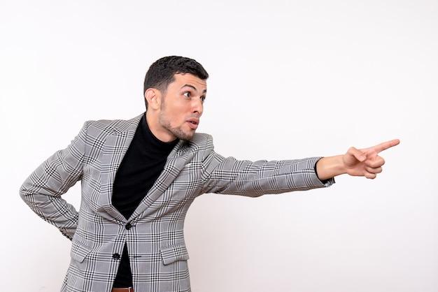 白い背景の上に立っているスーツの正面図ハンサムな男性