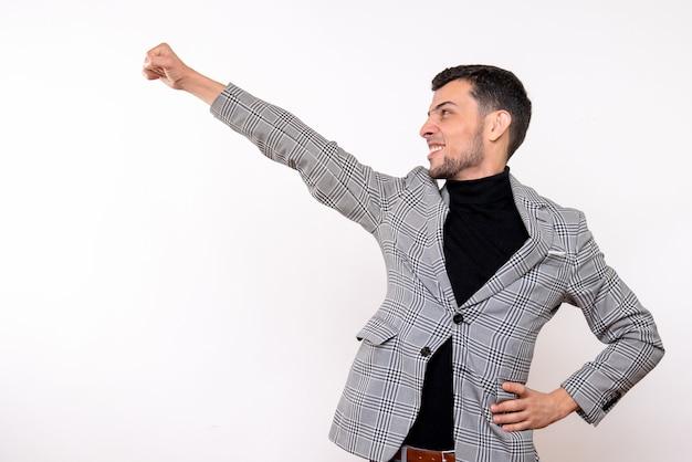 Vista frontale bel maschio in tuta che mostra il gesto di super eroe in piedi su sfondo bianco