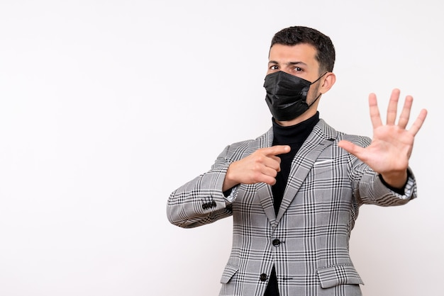白い孤立した背景の上に立っているハイタッチの看板を作るスーツの正面図ハンサムな男
