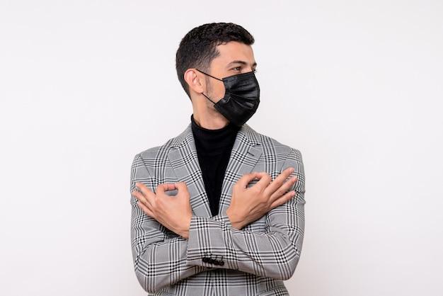 白い孤立した背景に立っている交差した手でオーケーサインを作るスーツの正面図ハンサムな男