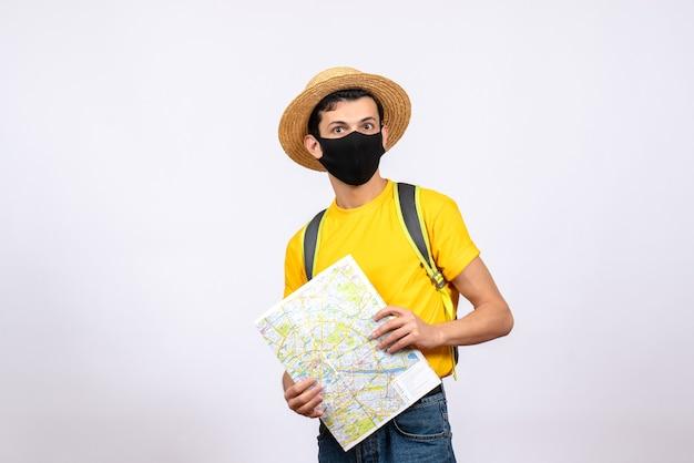 Vista frontale bel giovane con maschera e maglietta gialla azienda mappa