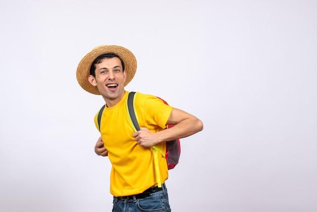 麦わら帽子と黄色のtシャツと正面図ハンサムな若い男