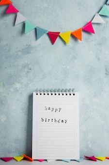 Vista frontale del desiderio di buon compleanno con ghirlanda