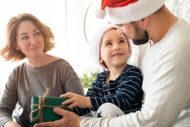 Вид спереди счастливая семья вместе на рождество