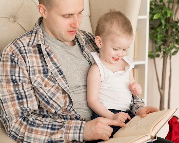 Vista frontale del padre e del bambino felici