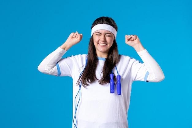 밧줄을 건너 뛰는 스포츠 옷 전면보기 행복 예쁜 여성