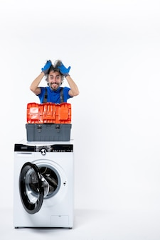 흰색 공간에 세탁기에 머리 도구 가방을 들고 전면 보기 행복한 수리공
