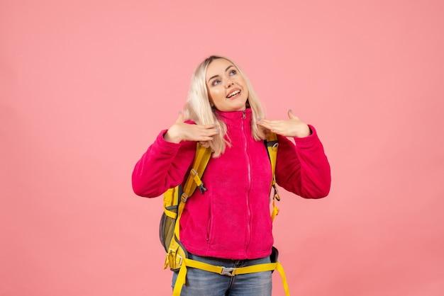 Вид спереди счастливая путешественница женщина в повседневной одежде в рюкзаке