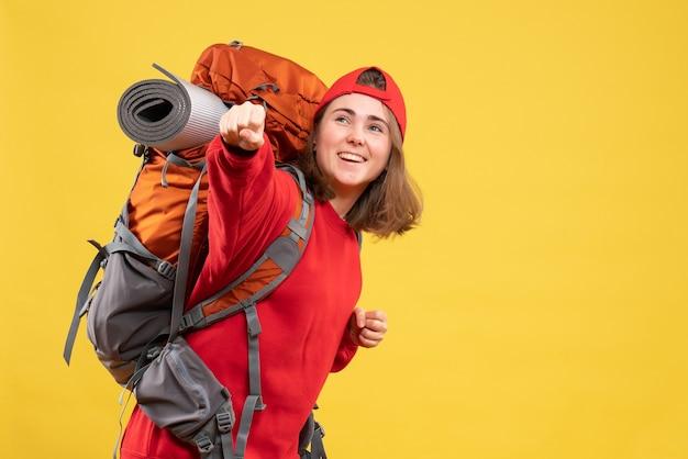 빨간 배낭에 전면보기 행복 한 여행자 여자