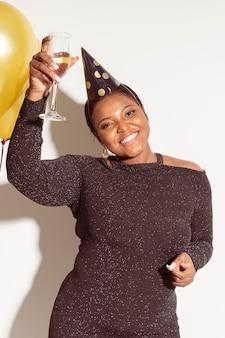 Вид спереди счастливая женщина в партийной шляпе