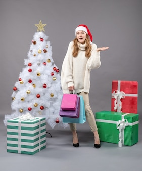 산타 모자와 전면보기 행복 한 크리스마스 소녀