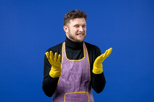 Vista frontale felice giovane maschio che apre le mani
