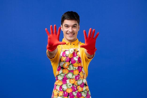 Vista frontale felice giovane che allunga le mani sullo spazio blu Foto Gratuite