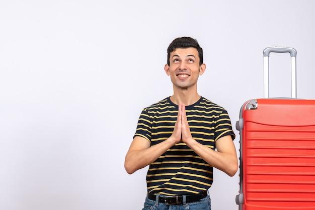 스트라이프 티셔츠와 가방이 함께 손을 합류 전면보기 행복 한 젊은 남자