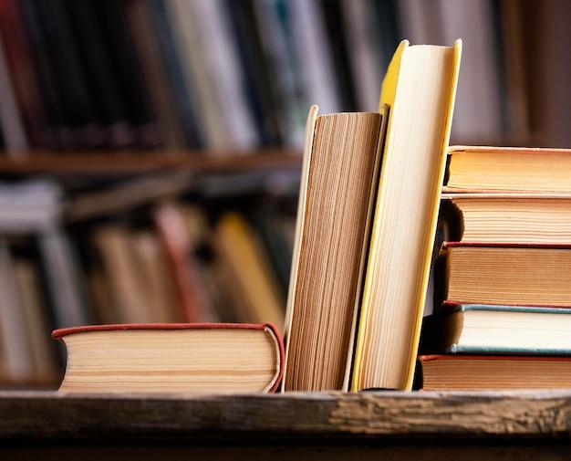 Vista frontale dei libri con copertina rigida in biblioteca con copia spazio