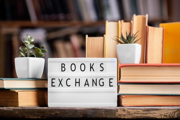 Vista frontale dei libri con copertina rigida in biblioteca con scatola luminosa