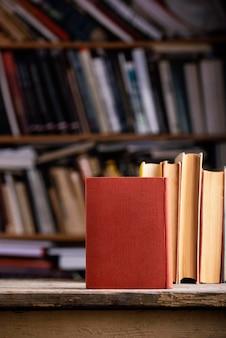 Vista frontale dei libri con copertina rigida con copia spazio in biblioteca