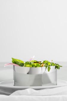 金属の丸い形の配置の正面図の健康的なサラダ