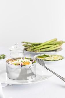 金属の丸い形の正面図の健康的なサラダ