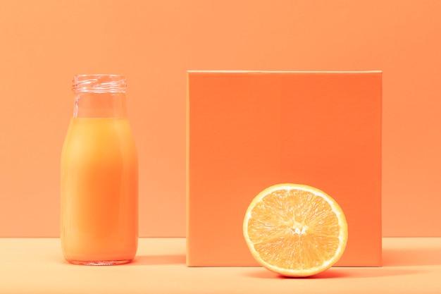 正面の健康的なスムージーとオレンジ