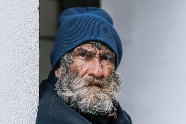 Vista frontale dell'uomo barbuto senzatetto