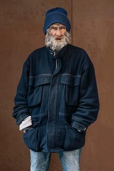 Vista frontale di un senzatetto con giacca calda
