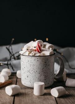 マシュマロとマグカップの正面図ホットチョコレート