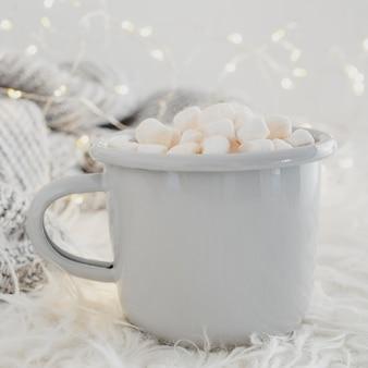 Cioccolata calda vista frontale con marshmallow e coperta