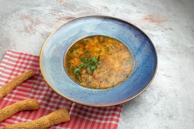 Zuppa di verdure calda vista frontale con verdure all'interno del piatto su uno spazio bianco