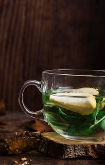 Горячая вода с лимоном и мятой, вид спереди