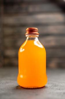 Bottiglia di succo vista frontale su superficie isolata